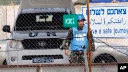 Một binh sĩ thuộc lực lượng Duy trì hòa bình Liên hiệp quốc từ Syria băng qua Cửa khẩu Quneitra giữa Syria và Cao nguyên Golan do Israel kiểm soát
