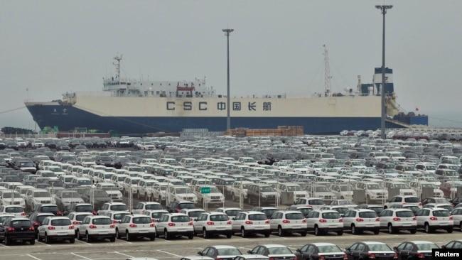Xe xuất xưởng đang chờ xuất cảng từ thành phố Đại Liên, Trung Quốc.