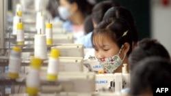 Công nhân Việt Nam làm việc tại một xưởng may bên ngoài Hà Nội