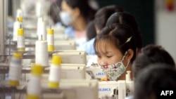 Công nhân làm việc tại một nhà máy dệt may bên ngoài Hà Nội
