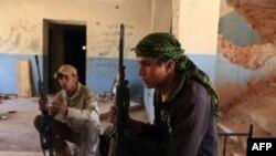 Sulm i rebelëve libianë ndaj një rafinerie nafte në perëndim të Tripolit
