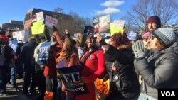 Trabajadores y contratistas federales, líderes sindicalistas y legisladores protestaron contra el cierre de gobierno el jueves 10 de enero en frente de la Casa Blanca en Washington D.C. [Foto: Alejandra Arredondo, VOA]