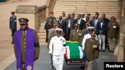 Sĩ quan Nam Phi đưa linh cữu của ông Mandela đến Tòa nhà Union Buildings tại Thành phố Pretoria, ngày 11/12/2013.