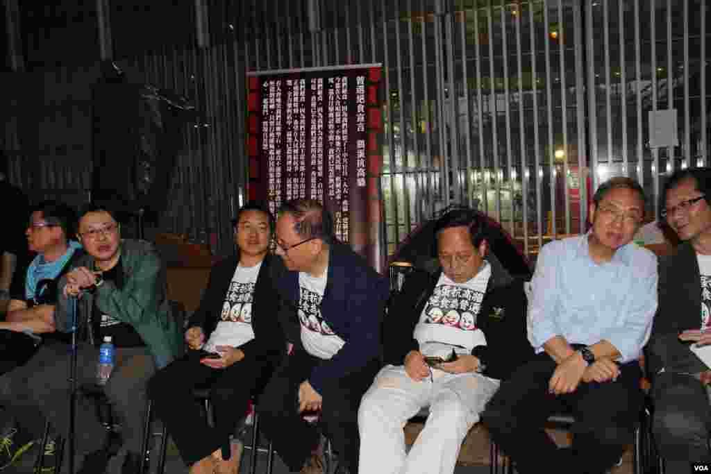 """香港泛民在中环展开""""绝食争普选""""行动的第三晚现场(美国之音图片/海彦拍摄)"""