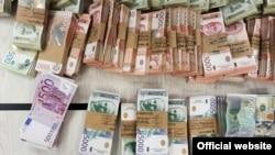 """Svežnjevi novčanica od 1.000, 2.000 i 5.000 dinara i po svežanj novčanica od 500 evra i 100 američkih dolara zaplenjeni u policijskoj akciji """"Jenki"""", u Nišu, Srbija, na fotografiji objavljenoj na zvaničnoj stranici MUP-a Srbije, 26. juna 2021."""