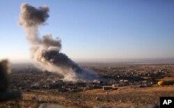 Khói bốc lên sau một cuộc không kích tại thị trấn miền bắc Sinjar ở Iraq, ngày 12/11/2015.