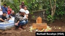 Dedy Sukma, ayah salah satu korban susur sungai di Sleman, Khoirunnisa Nur Cahyani, berdoa seusai prosesi pemakaman anaknya. (Foto: VOA/Nurhadi Sucahyo)