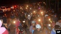 Індонезійці втікають від можливого цунамі після сильного землетрусу