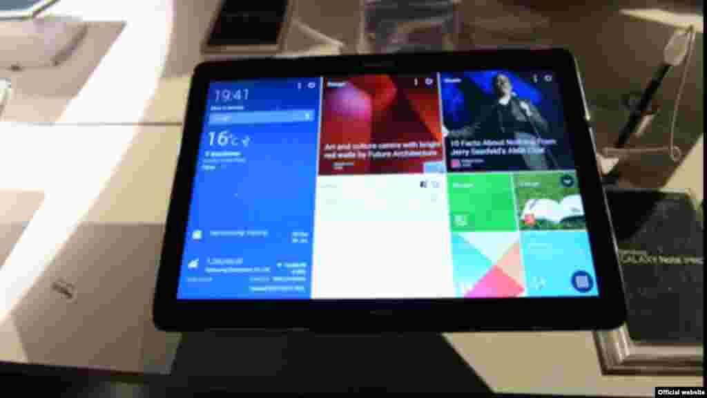 Samsung Galaxy Note Pro 12.2 com resolução de 2560 x 1600. A Samsung abandonou a TouchWiz, a interface criticada por ser muito pesada, substituindo pela Magazine UI, optimizada para multifunções, e assemelha-se bastante aos blocos dinâmicos do Windows 8 e Windows Phone.