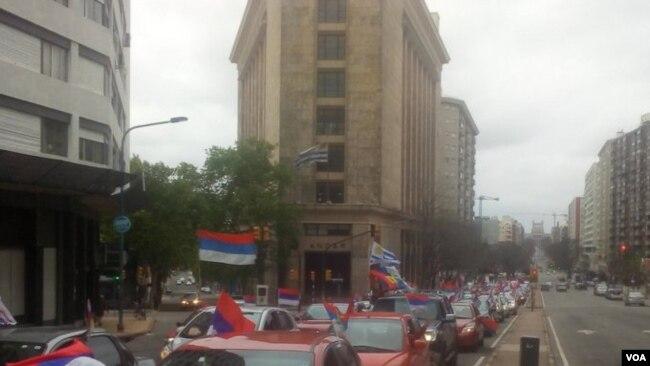 Una caravana dell gobernante Frente Amplio en Uruguay