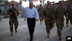Menteri Pertahanan Amerika Chuck Hagel yang sedang berkunjung ke Afghanistan tidak berada di dalam gedung Kementrian Pertahanan Afghanistan ketika ledakan terjadi di dekat gedung itu (foto, 9/3/2013).
