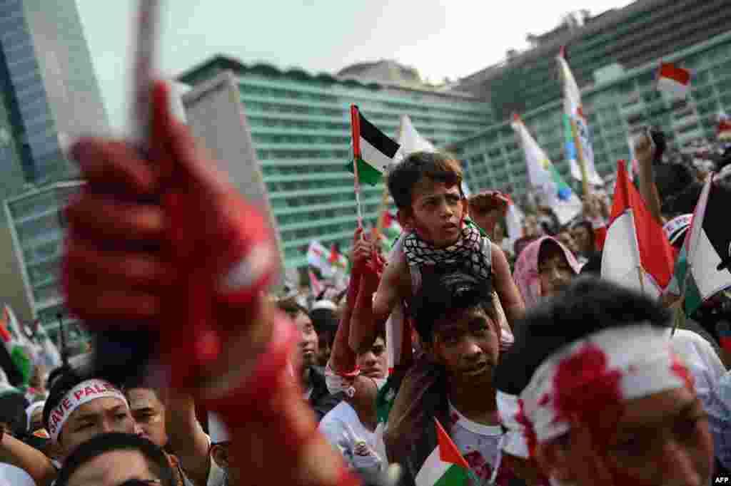 Người biểu tình Indonesia, một số trét sơn đỏ, trong một cuộc biểu tình lớn ủng hộ người Palestine ở Jakarta lên án cuộc tấn công của Israel ở Gaza.