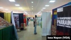 Dans les allées du Mica, au Fespaco à Ouagadougou, au Burkina, le 2 mars 2017. (VOA/Issa Napon)