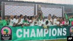 La sélection nationale féminine de football du Nigeria après sa victoire à la finale de la CAN face au Cameroun, à Yaoundé, le 3 décembre 2016.