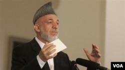 Presiden Afghanistan Hamid Karzai berpidato pada konferencsi di Kabul , 20 Oktober 2010.