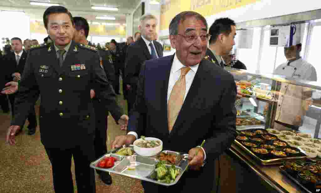 U.S. Defense Secretary Leon Panetta carries his lunch with cadets in the mess hall at the PLA Engineering Academy of Armored Forces in Beijing, China, September 19, 2012.