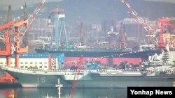 랴오닝 성 댜롄 조선소에서 진행된 중국의 첫 항공모함 '바랴그호' 항모 인도식 장면