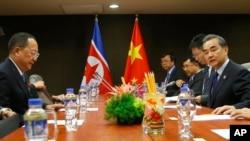 中國外長王毅星期天與北韓外長李勇浩舉行雙邊會議。