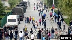 Para pekerja keluar dari perusahaan Foxconn Technology di Taiyuan, provinsi Shanxi, Tiongkok utara (foto: dok). Foxconn mengakui merekrut pekerja di bawah umur.