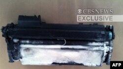 Hình ảnh được cung cấp bởi CBS News cho thấy một hộp mực máy in chứa chất nổ được tìm thấy trong 1 gói hàng trên 1 máy bay ở bắc London, 29/10/2010