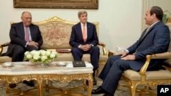 20일 이집트를 방문한 존 케리 미 국무장관(가운데)이 압델 파타 엘시시 이집트 대통령(오른쪽)과 샤메 슈쿠리 외무장관(왼쪽)을 만났다.
