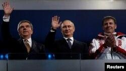 Президент МОК Томас Бах, президент Росії Володимир Путін, золотий медаліст із бобслею Александр Зубков на Олімпіаді в Сочі