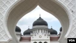 Seorang jamaah di Masjid Besar di Banda Aceh. Kebebasan beragama dan berkeyakinan seharusnya dilindungi oleh pemerintah.