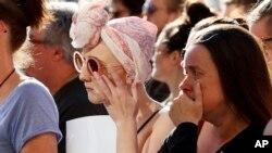 Warga Inggris melakukan doa bersama di Albert Square, Manchester Selasa (23/5), untuk mengenang para korban ledakan maut di Manchester Arena.