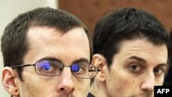 2 nhà thể thao Mỹ Shane Bauer (trái) và Josh Fattal ra tòa ở Iran hồi tháng Hai