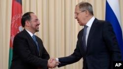 지난 7일 러시아 모스크바에서 세르게이 라브로프 러시아 외무장관(오른쪽)이 살라후딘 라바니 아프가니스탄 외무장관과 만나 악수하고 있다.