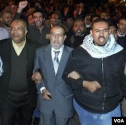 Para tokoh Ikhwanul Muslimin dalam protes menggulingkan Mubarak. Israel khawatir tergulingnya Mubarak akan berpengaruh pada perjanjian damai Mesir-Israel.