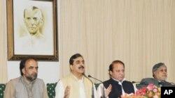 وزیراعظم گیلانی نوازشریف کے ہمراہ اسلام آباد میں مشترکہ نیوز کانفرنس سے خطاب کررہے ہیں