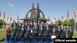 Crnogorski premijer sa šefovima diplomatija zemalja članica NATO-a i generalnim sekretarom Jensom Stoltenbergom (rtcg.me)