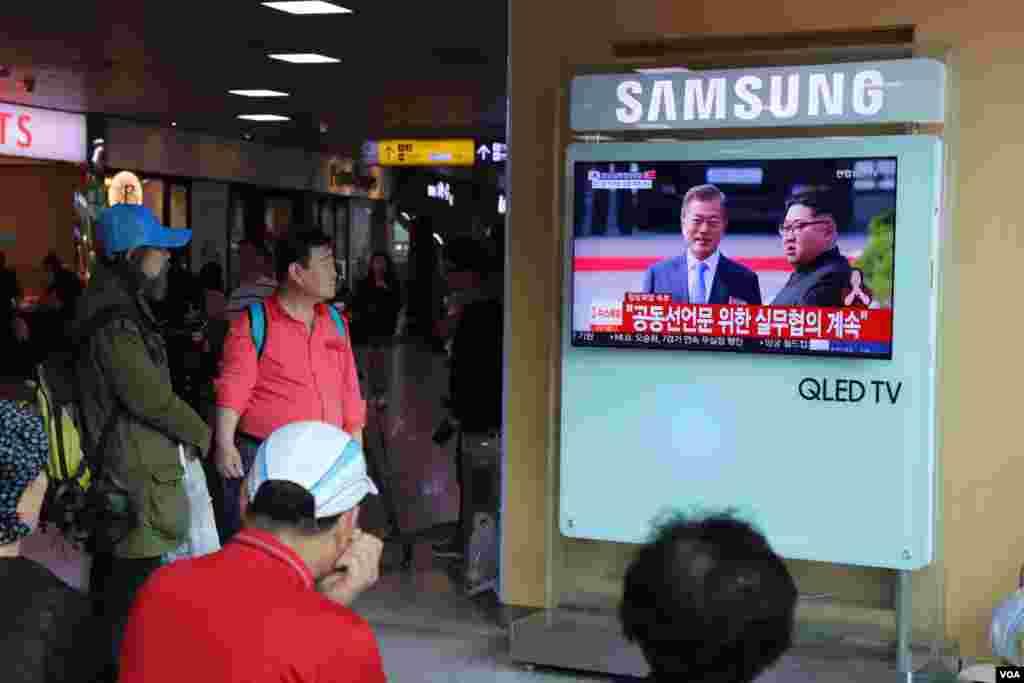 مردم خبر ملاقات رهبران دو کره را دنبال می کنند.