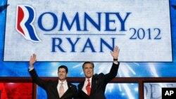 30일 공화당 전당대회에서 연설한 미트 롬니 대통령 후보(오른쪽)와 폴 라이언 부통령 후보.