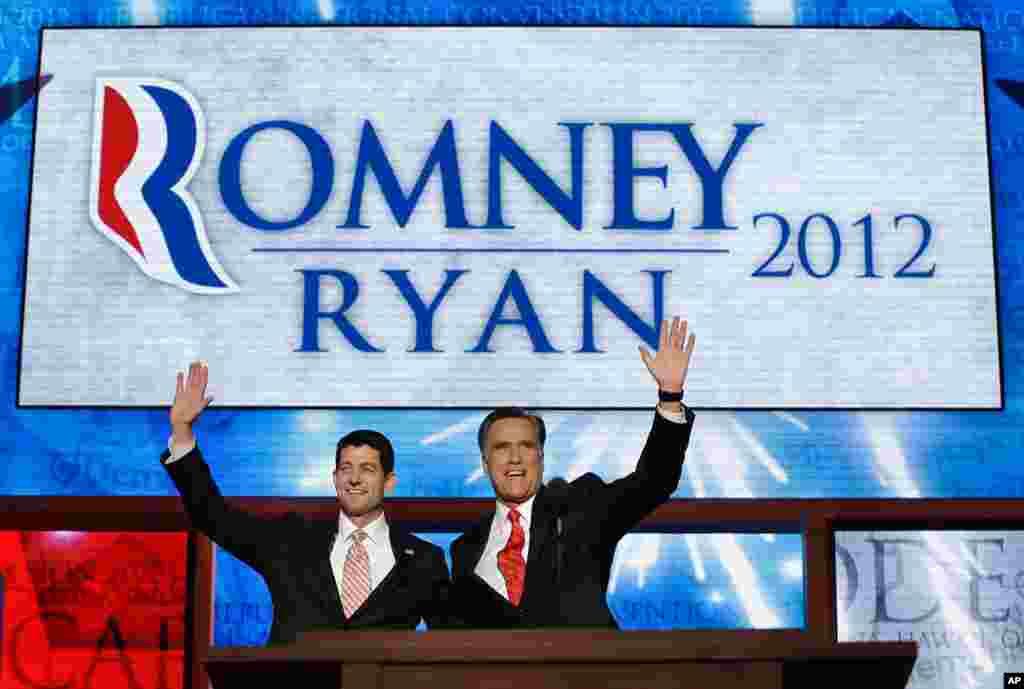 ທ່ານ Mitt Romney ແລະທ່ານ Paul Ryan ທີ່ຖືກແຕ່ງຕັ້ງໃຫ້ສະໝັກເປັນຮອງປະທານາທິບໍດີ ໂບກມືໃຫ້ຄະນະຜູ້ແທນທີ່ມາຮ່ວມກອງປະຊຸມ ຫລັງຈາກກ່າວຄໍາປາໄສທີ່ກອງປະຊຸມ, ວັນທີ 30 ສິງຫາ 2012.