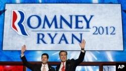 Capres Partai Republik Mitt Romney (kanan) dan Cawapres Paul Ryan melambai kepada para pendukungnya setelah Romney selesai memberikan pidatonya (30/8).