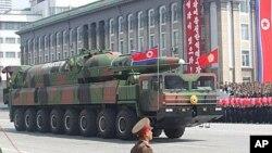 북한이 지난해 4월 열병식에서 공개한 신형 탄도미사일. 이동차량에 장착된 모습이다.(자료사진)