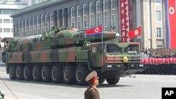 북한이 지난 2012년 김일성 주석 100회 생일 기념 열병식에서 공개한 장거리 탄도미사일. (자료사진)