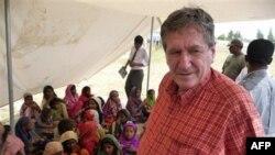 Specijalni izaslanik SAD za Avganistan i Pakistan, preminuli Ričard Holbruk 15. septembra 2010. posetio je pakistansku decu, žrtve obilnih poplava koje su pogodile zemlju