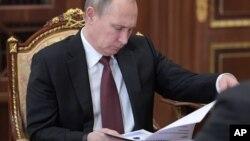 """Putin dijo que el supuesto informe es """"falso"""" y que las personas que lo ordenaron son """"peores que prostitutas""""."""