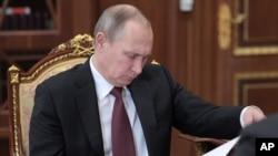 俄罗斯总统普京在开会时看报纸(2017年1月16日)