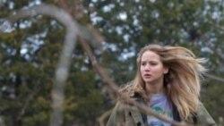 جنیفر لارنس در نقش ری دالی دخترک هفده ساله ای که ناخواسته سرپرستی خانواده بیمار خود را برعهده می گیرد