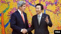 존 케리 미국 국무장관(왼쪽)과 윤병세 한국 외교장관이 12일 서울 외교부 청사에서 회담에 앞서 악수하고 있다.
