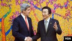 Ngoại trưởng Hoa Kỳ John Kerry (trái) và Ngoại trưởng Nam Triều Tiên Yun Byung-se trước cuộc hội đàm tại Bộ Ngoại giao ở Seoul, Nam Triều Tiên 12/4/13