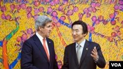 2013年4月12美国国务卿克里(左)到达首尔和韩国外交通商部长官尹炳世(右)在举行会谈前握手拍照