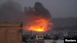 예멘 수도 사나의 후티 반군 지역에서 사우디아라비아가 이끄는 연합군의 공습으로 화염이 솟아오르고 있다.