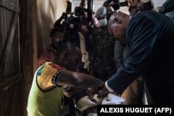 Presidente Touadera, que concorre para mais um mandato, votou em Bangui.