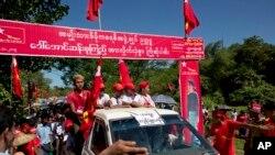 Pemimpin oposisi Myanmar Aung San Suu Kyi di kawasan Thandwe, negara bagian Rakhine, Myanmar saat berkampanye pada 17 Oktober 2015.