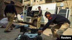 Ðơn vị tháo gỡ bom của Pakistan làm việc tại Peshawar.